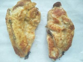 鸡胸扒意面,烤好的鸡扒取出来。