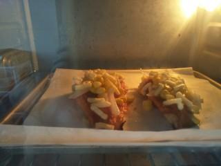 鸡胸扒意面,放入预热好的150度烤箱烤8分钟,烤至芝士融化即可。