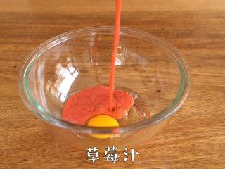 比吃草莓还过瘾的草莓蛋糕,软糯香甜~,调理盆中打入鸡蛋,加入草莓泥,搅拌均匀。