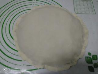 小葱鸡蛋饼,盖上另一张薄片,用手将边捏紧。