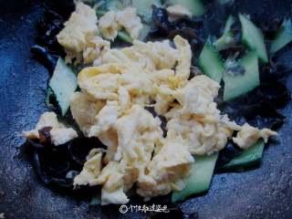 木耳炒鸡蛋,加入鸡蛋,加入少许盐、鸡粉调味