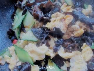 木耳炒鸡蛋,装盘喽!清淡的小菜就可以开吃了