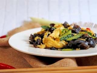 木耳炒鸡蛋,3种食材3种颜色,搭配起来还是挺赏心悦目的,口味偏清淡