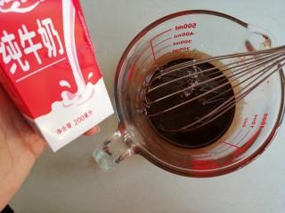 4寸可可蛋糕,倒入牛奶拌均匀,这时候的油温已经没有那么热了,你可以摸一摸容器,有点余温即可进行下一步