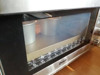 4寸可可蛋糕,放入已经预热到145度的东菱K40C烤箱最下面一层,烘烤35分钟左右