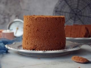 4寸可可蛋糕,烘烤好的蛋糕立即取出,在桌面上摔两下,震出热气