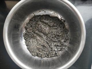 黑芝麻馅料,混合好以后放进冰箱冷藏。