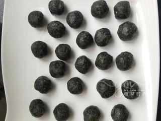黑芝麻馅料,依次做好所有的。然后放在冷冻室冻硬。