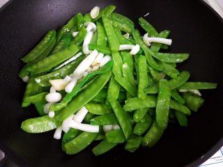 百合玉菇荷兰豆,转中大火,翻炒30秒