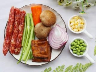 香到流口水的香菇腊肠焖饭,准备食材:火腿三根,香菇两个,香干两片,胡萝卜一小节,洋葱适量,芹菜两根,豌豆适量,玉米粒适量。