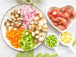 香到流口水的香菇腊肠焖饭,所有食材清洗干净。火腿斜切厚片,其余食材切粒。