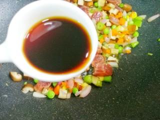 香到流口水的香菇腊肠焖饭,两勺生抽。