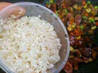 香到流口水的香菇腊肠焖饭,加一勺清洗好的米。