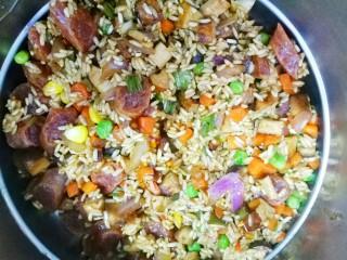 香到流口水的香菇腊肠焖饭,放入臻米脱糖电饭煲中。