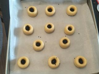 酥渣渣桃酥饼,中间放入少许黑芝麻。
