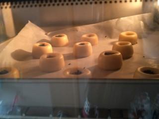 酥渣渣桃酥饼,烤箱160°烤25分钟。