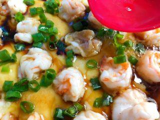 虾仁蒸蛋,蒸好取出,倒入适量蒸鱼豉油,撒上葱花,热锅放入适量油,烧至9成热,浇到鸡蛋上即可。