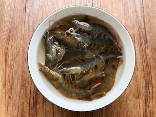 虾仁蒸蛋,明虾清洗干净放入碗里,加入一勺盐和适量水,浸泡30分钟。