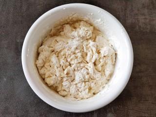 简单快手炸油条,添加酵母水边搅成面穗状。