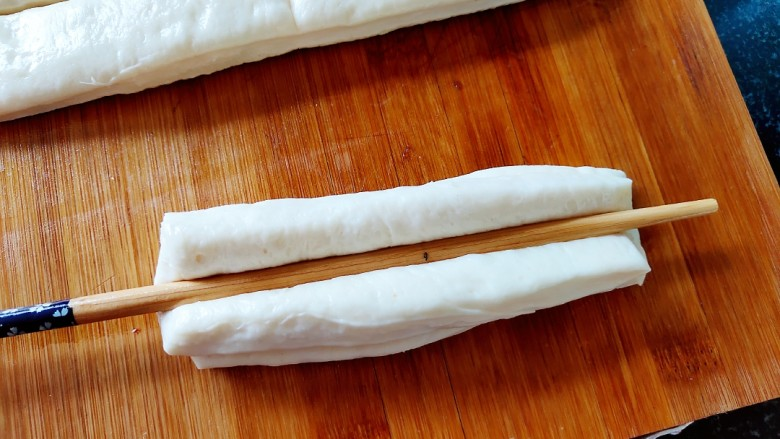 简单快手炸油条,无论大小,两个相同长度的为一体,筷子按压。