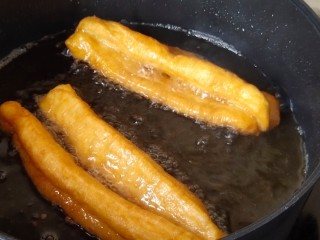 简单快手炸油条,炸到金黄酥脆即可。