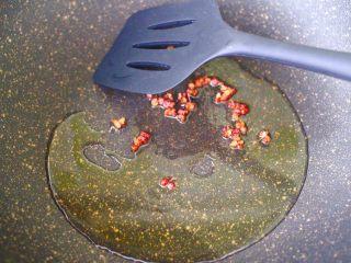 辣爆锥螺,锅烧热后,倒入花生油烧至六成熟时,炸香花椒。