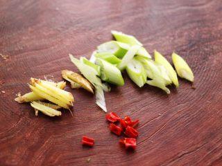 酱焖安康鱼,把葱姜切丝,小米辣切碎备用。
