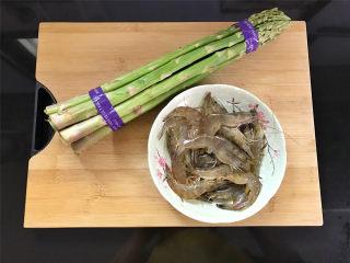 芦笋虾球,准备好材料,芦笋300克,明虾16只。