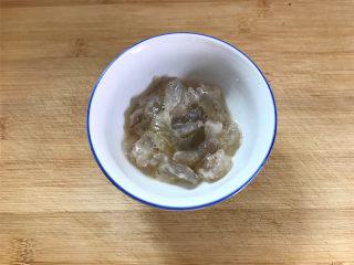 芦笋虾球,明虾去壳把虾肉清洗干净后加入少许盐,适量料酒,和1小勺的淀粉拌匀上浆腌制10分钟。