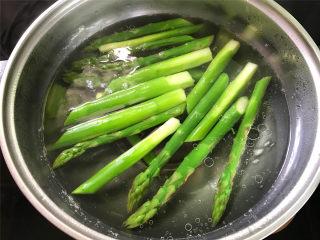 芦笋虾球,然后把芦笋放入开水中氽烫一下。