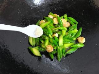 芦笋虾球,在炒匀的芦笋虾球中加入少许盐。