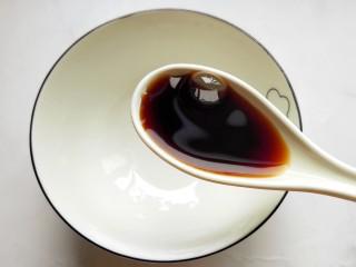 鱼香鸡蛋(内附鱼香汁的调制),准备鱼香汁:碗内放一勺生抽。