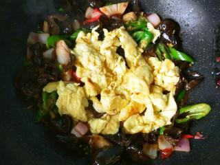 鱼香鸡蛋(内附鱼香汁的调制),倒入鸡蛋翻炒。