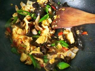 鱼香鸡蛋(内附鱼香汁的调制),放胡椒粉,鸡精,翻炒均匀就可以出锅啦!