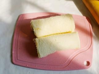 无敌简单的香蕉土司卷,切去多余的部分。