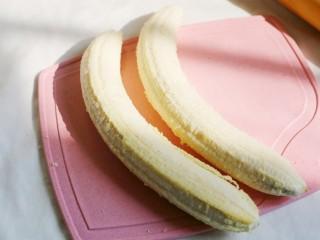 无敌简单的香蕉土司卷,香蕉去皮。
