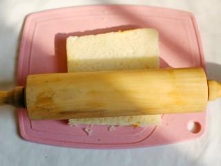 无敌简单的香蕉土司卷,用擀面杖滾成薄片。