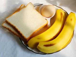 无敌简单的香蕉土司卷,准备食材:香蕉2根、土司面包片2片、鸡蛋1个,植物油适量。