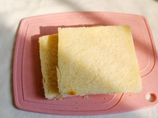 无敌简单的香蕉土司卷,土司片用刀切去四边的皮。