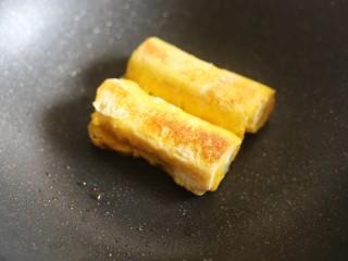 无敌简单的香蕉土司卷,将卷好的香蕉卷放入锅中,小火煎至两面金黄。