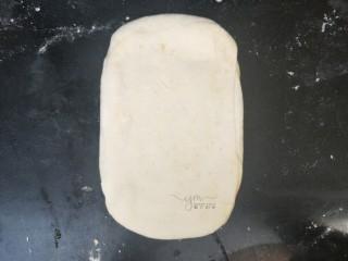 发面千层饼,轻轻的擀压,擀稍微薄点就可以了。不要太使劲擀,不然千层不明显了。