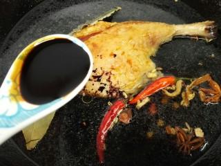 香酥卤鸭腿,加入一勺老抽上色