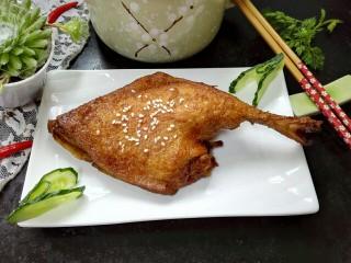 香酥卤鸭腿,拍上成品图,美味的香酥卤鸭腿就完成了。
