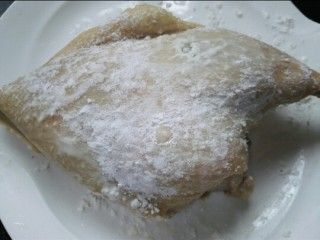 香酥卤鸭腿,将鸭腿捞出洗净表面抹上一层生粉