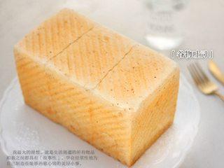 中种谷物吐司,因为是中种吐司,所以吃起来比直接发酵的吐司风味更好,口感更柔软噢!