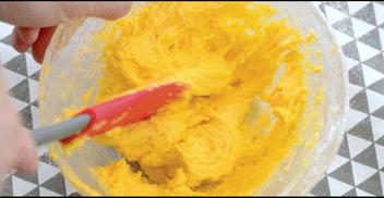 大小宝宝都爱吃的手指饼干,用Z字型手法搅拌成浓稠面糊。 注意不要打圈搅拌,避免面糊起筋,影响口感。