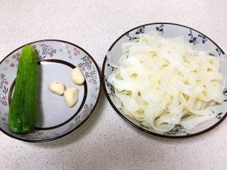 瓜丝肉末拌凉皮,准备食材:凉皮,黄瓜,蒜瓣
