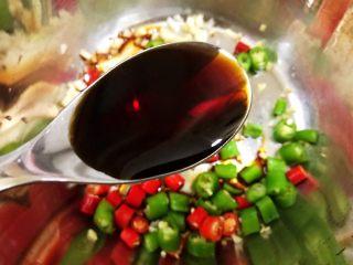 冰镇捞汁小海鲜,盆里放入姜蒜,青红椒,加入海鲜酱油和蒸鱼豉油