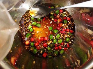 冰镇捞汁小海鲜,取100克八角桂皮花椒水拌匀