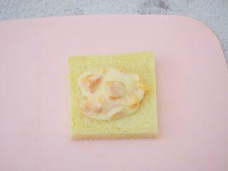 芒果酸奶吐司,取一片吐司,舀上芒果酸奶